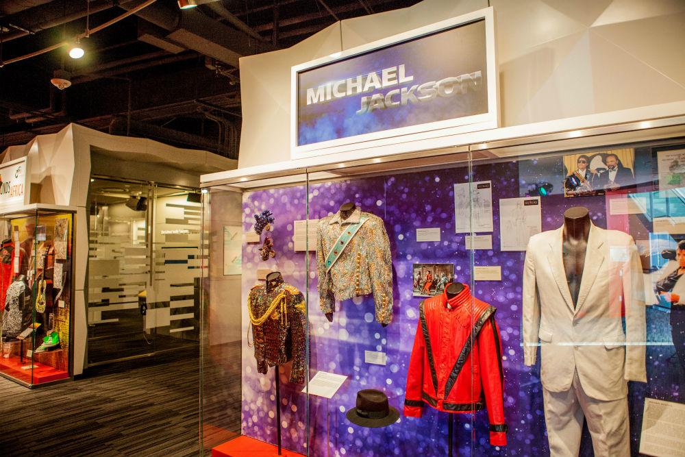 جانب آخر من العرض التذكارى لمايكل جاكسون فى متحف جرامى