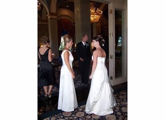 الكاتبة من اليمين وحماتها من اليسار والجمهور يسأل من العروسة
