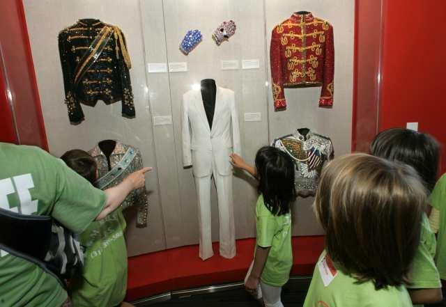 الأطفال يشاهدون ملابس مايكل جاكسون