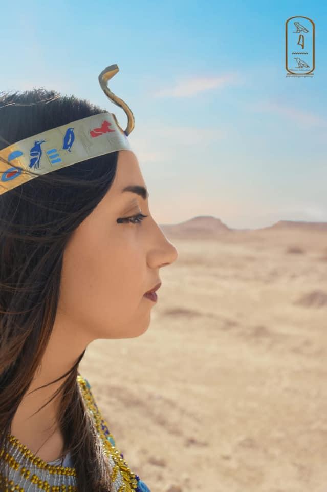 فتاة صعيدية  تروج للسياحة بأسيوط بارتداء الزي الفرعوني علي غرار الملكة كيلوباترا (2)
