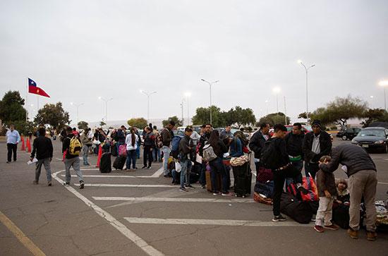 اصطفاف المئات عند المعبر الحدودى