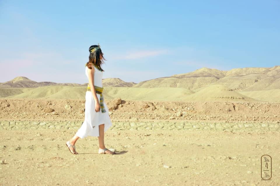 فتاة صعيدية  تروج للسياحة بأسيوط بارتداء الزي الفرعوني علي غرار الملكة كيلوباترا (4)