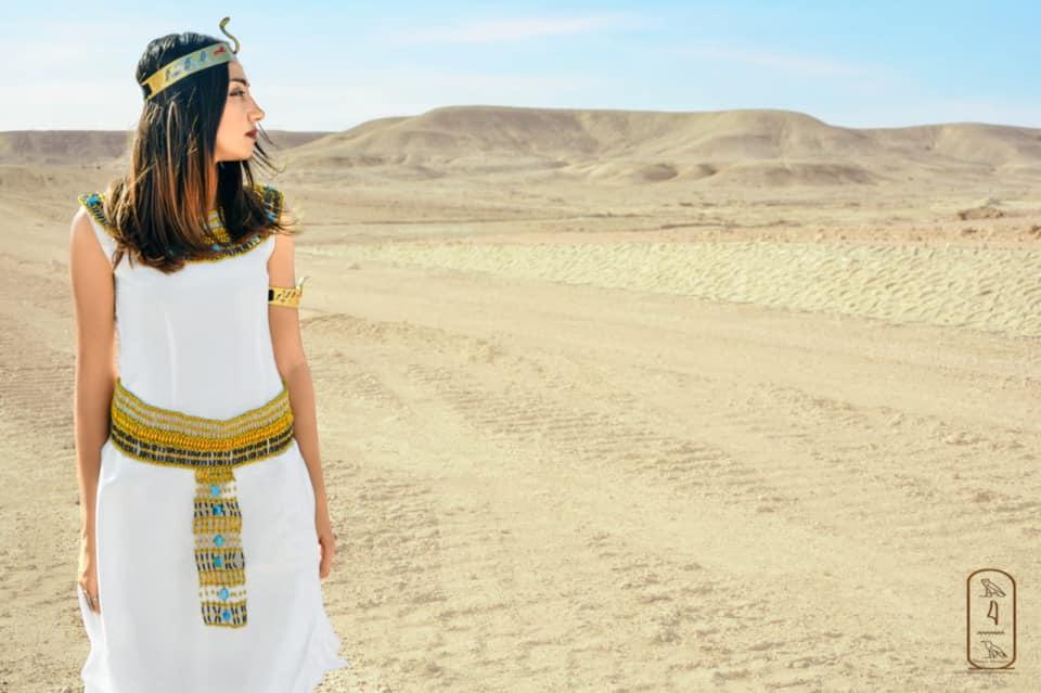 فتاة صعيدية  تروج للسياحة بأسيوط بارتداء الزي الفرعوني علي غرار الملكة كيلوباترا (14)