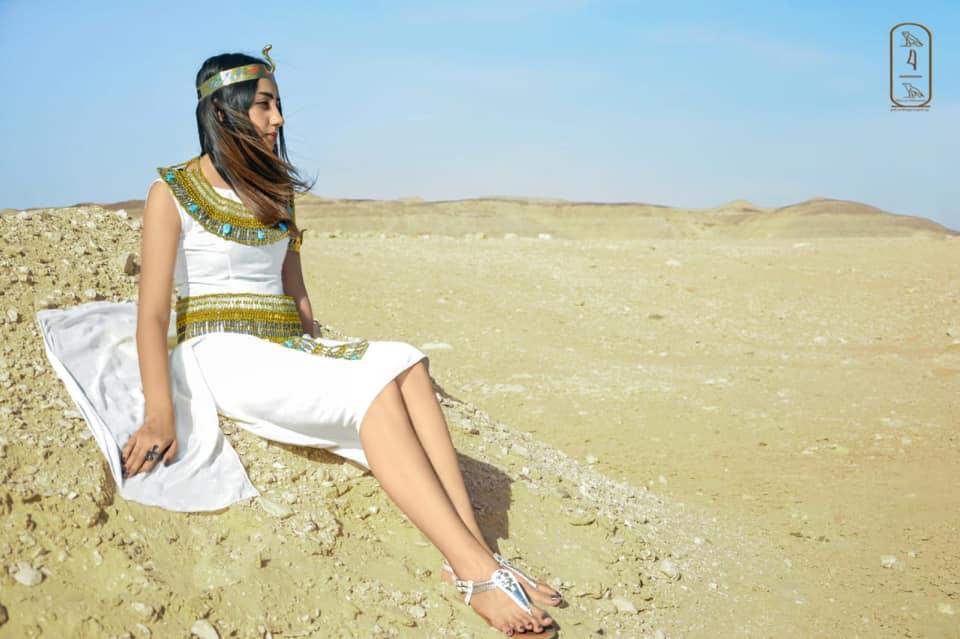 فتاة صعيدية  تروج للسياحة بأسيوط بارتداء الزي الفرعوني علي غرار الملكة كيلوباترا (10)