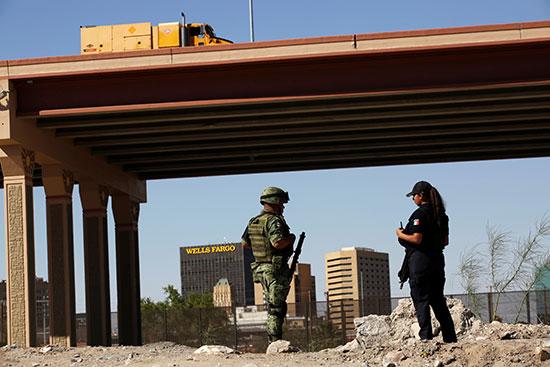 جندى وشرطية على الحدود
