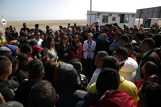 المئات يسعون للدخول إلى المعبر الحدودى