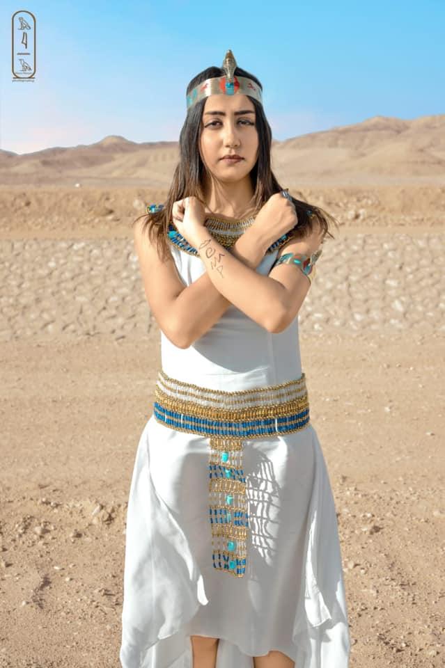 فتاة صعيدية  تروج للسياحة بأسيوط بارتداء الزي الفرعوني علي غرار الملكة كيلوباترا (13)