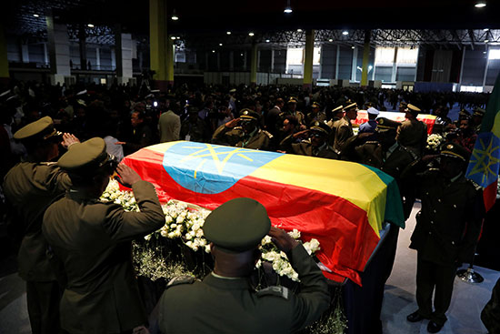 قيادات الجيش الإثيوبى يقدمون التحية العسكرية لنعش رئيس الأركان