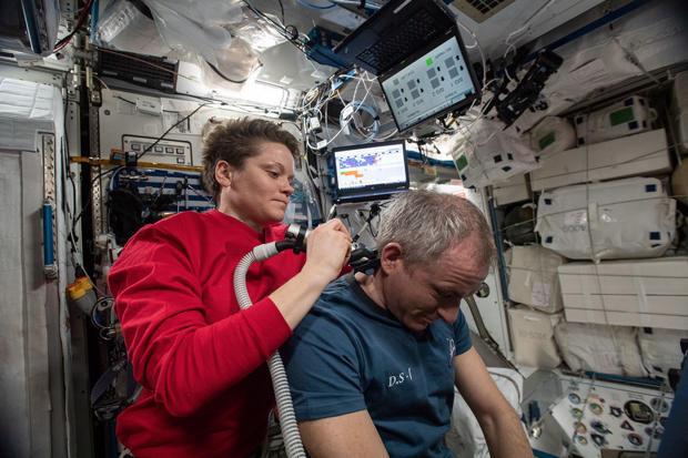 آن ماكلين تمنح ديفيد سان جاك قصة شعر على متن محطة الفضاء الدولية