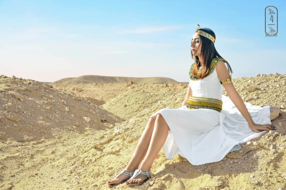 فتاة صعيدية  تروج للسياحة بأسيوط بارتداء الزي الفرعوني علي غرار الملكة كيلوباترا (1)