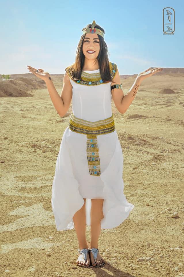 فتاة صعيدية  تروج للسياحة بأسيوط بارتداء الزي الفرعوني علي غرار الملكة كيلوباترا (11)
