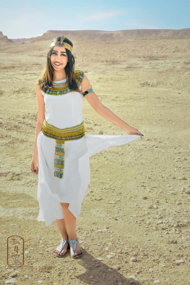 فتاة صعيدية  تروج للسياحة بأسيوط بارتداء الزي الفرعوني علي غرار الملكة كيلوباترا (17)