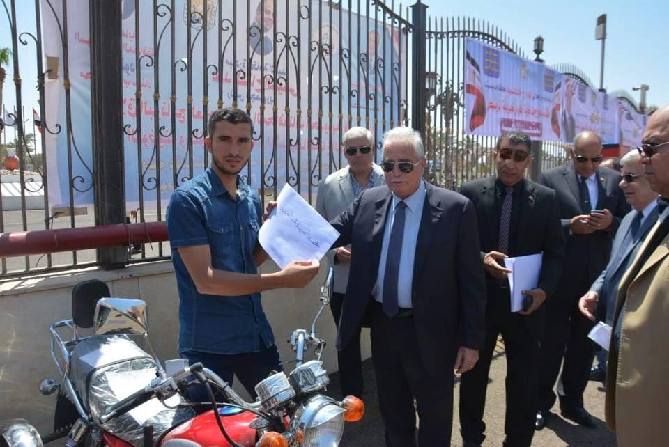 محافظ جنوب سيناء يوزع 6 موتوسيكلات لذوى الاحتياجات الخاصة (1)