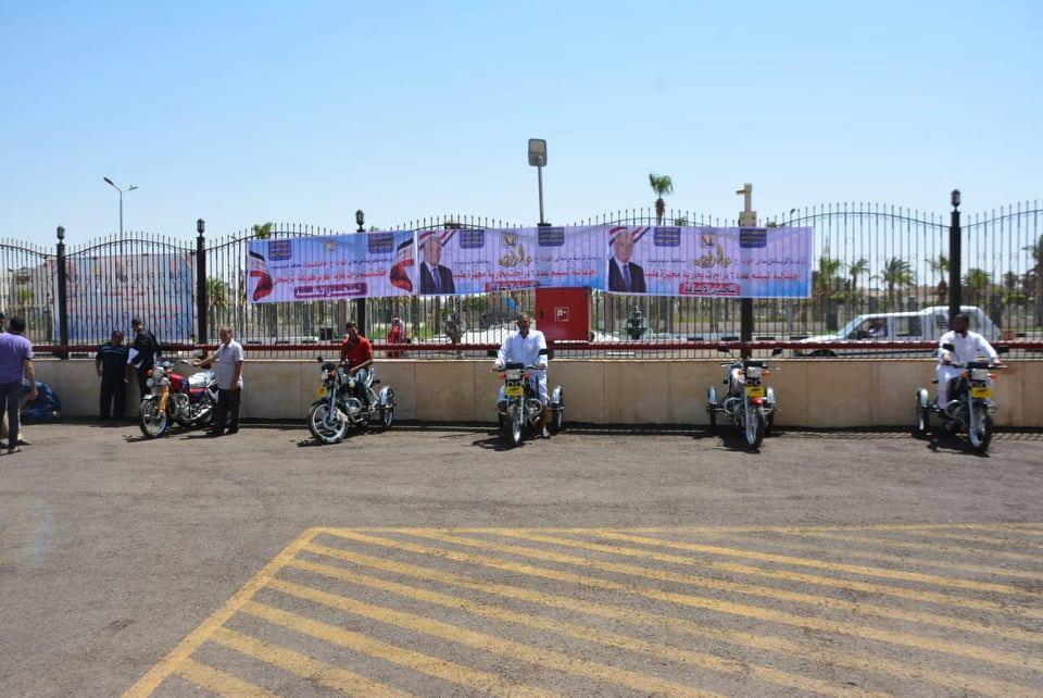 محافظ جنوب سيناء يوزع 6 موتوسيكلات لذوى الاحتياجات الخاصة (3)