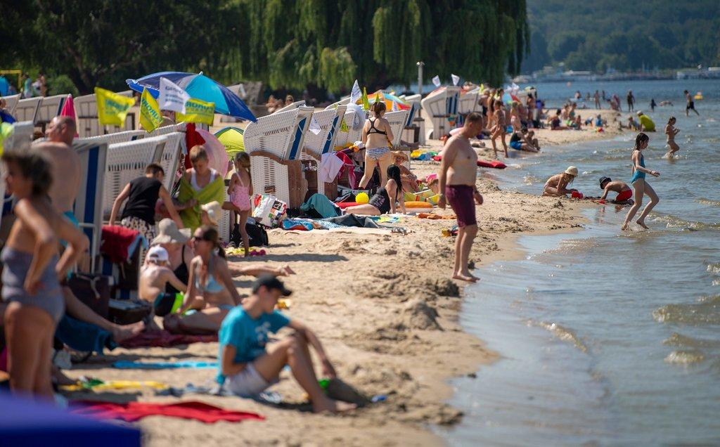 الألمان يلجأون للشواطئ