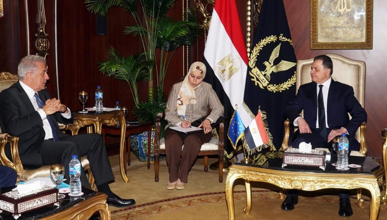 وزير الداخلية يستقبل مفوض الهجرة والشئون الداخلية والمواطنة بالإتحاد الأوروبى (2)