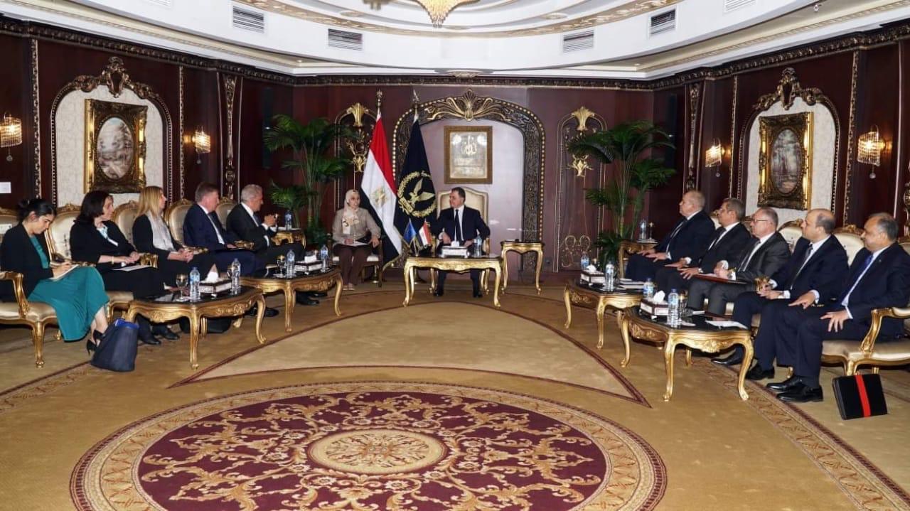 وزير الداخلية يستقبل مفوض الهجرة والشئون الداخلية والمواطنة بالإتحاد الأوروبى (1)