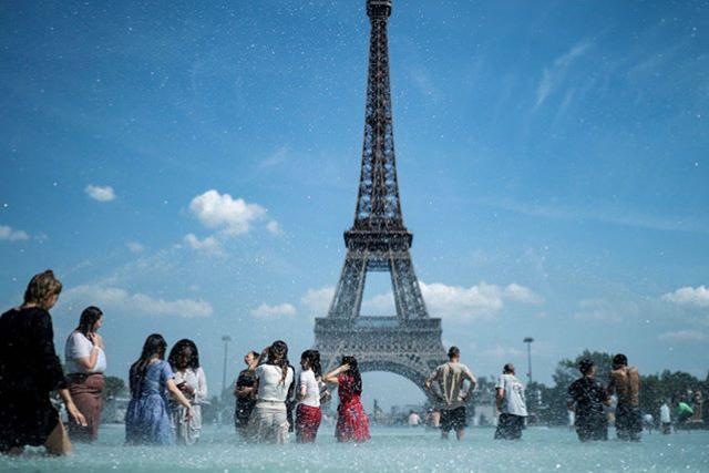 الفرنسيون يسبحون فى نافورة تروكاديرو