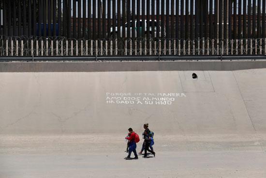 أسرة تتسلل من المكسيك إلى أمريكا