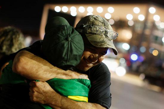 برازيليون يحتضون بعضهم فرحا برفض الإفراج عن لولا دا سيلفا