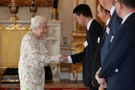 الملكة إليزابيث تستقبل الضيوف بقصر باكنجهام