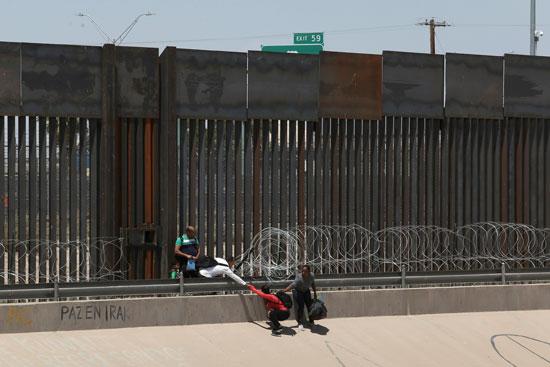 مهاجرين غير شرعيين فى الحدود الأمريكية