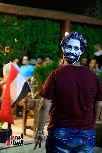الجماهير تشاهد لقاء مصر والكونغو على مقاهى المحروسة (15)