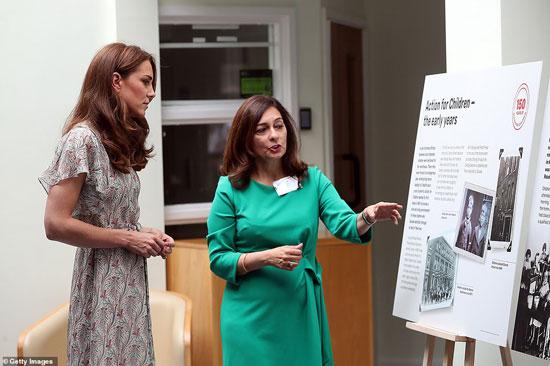 كيت ميدلتون تستمع لشرح داخل الجمعية الملكية