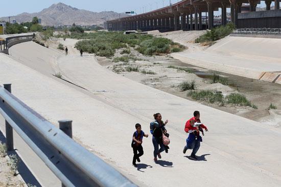 أسرة مهاجرة تهرب من الحرس الوطنى المكسيكى