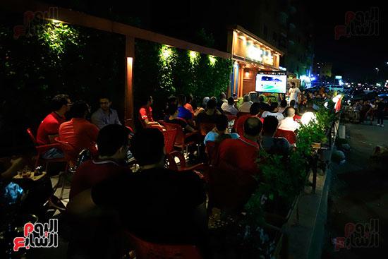 الجماهير تشاهد لقاء مصر والكونغو على مقاهى المحروسة (17)