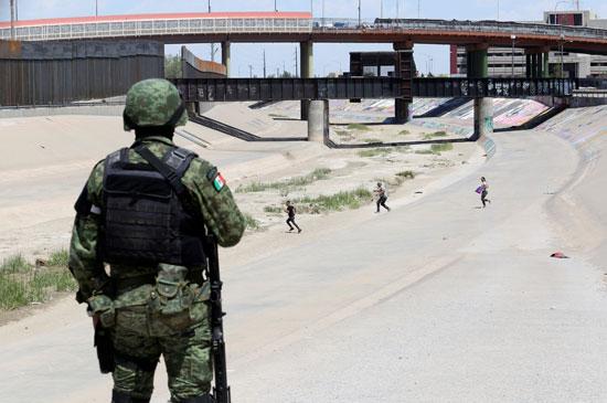 جندى مكسيكى يرصد مهاجرين غير شرعيين