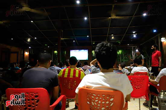 الجماهير تشاهد لقاء مصر والكونغو على مقاهى المحروسة (4)