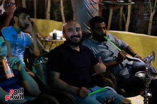 الجماهير تشاهد لقاء مصر والكونغو على مقاهى المحروسة (13)