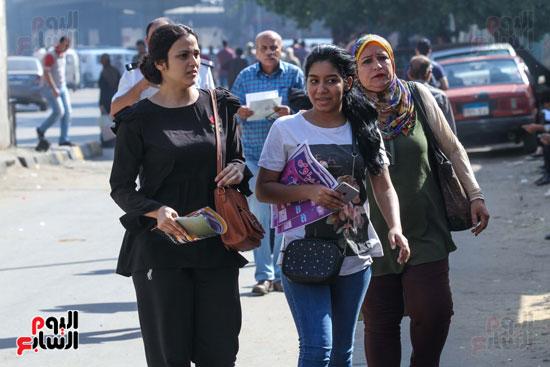 الطالبات-في-طريقهم-لدخول-الإمتحان