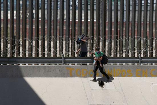 مهاجرين غير شرعيين على  الحدود بين المكسيك وأمريكا