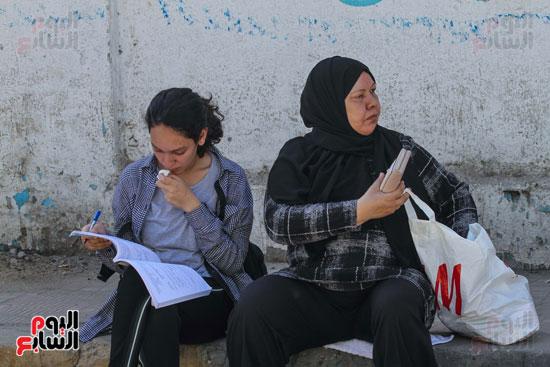 الطالبة-وأمها-قبل-دخول-الإمتحان