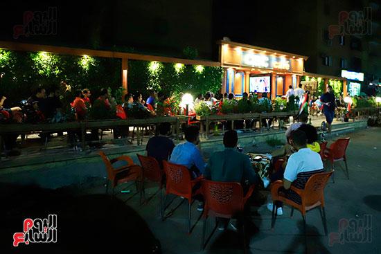 الجماهير تشاهد لقاء مصر والكونغو على مقاهى المحروسة (18)