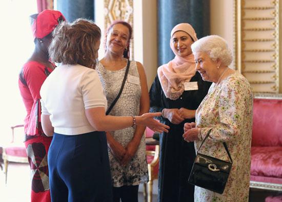 ملكة بريطانيا تتحاور مع ضيوف حفل الاستقبال الدينى