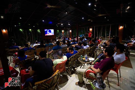 الجماهير تشاهد لقاء مصر والكونغو على مقاهى المحروسة (5)