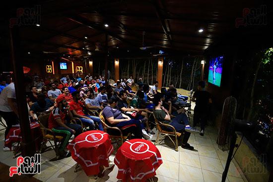 الجماهير تشاهد لقاء مصر والكونغو على مقاهى المحروسة (6)
