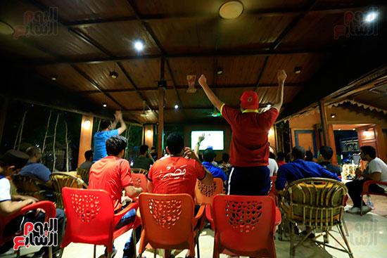 الجماهير تشاهد لقاء مصر والكونغو على مقاهى المحروسة (10)