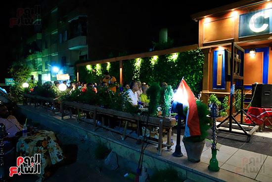 الجماهير تشاهد لقاء مصر والكونغو على مقاهى المحروسة (19)
