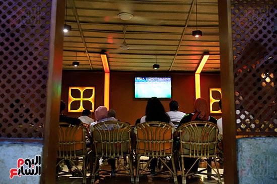 الجماهير تشاهد لقاء مصر والكونغو على مقاهى المحروسة (12)