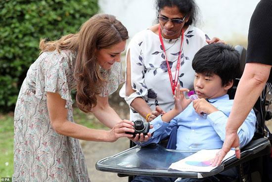 دوقة كامبريدج تعطى كاميرا لأحد الأطفال بالجمعية الملكية