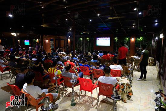 الجماهير تشاهد لقاء مصر والكونغو على مقاهى المحروسة (3)