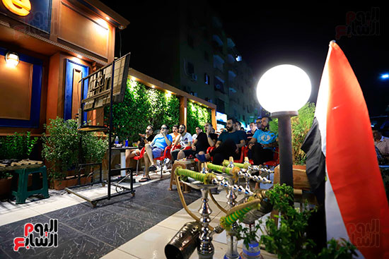 الجماهير تشاهد لقاء مصر والكونغو على مقاهى المحروسة (8)