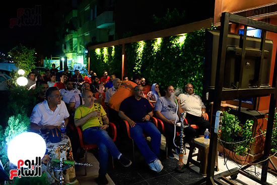 الجماهير تشاهد لقاء مصر والكونغو على مقاهى المحروسة (1)