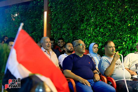 الجماهير تشاهد لقاء مصر والكونغو على مقاهى المحروسة (14)