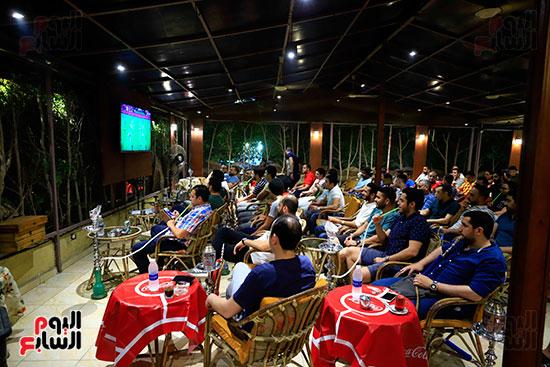 الجماهير تشاهد لقاء مصر والكونغو على مقاهى المحروسة (7)