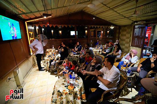 الجماهير تشاهد لقاء مصر والكونغو على مقاهى المحروسة (11)